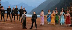 """Bruno als Gessler (vorne re.), Patric Scott als Johann von Schwaben (vorne li.) und Ensemble, Schlussbild vom Lied """"Die Schönheit Der Macht"""""""