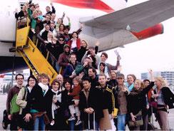"""Die Ankunft der ganzen """"Elisabeth""""-Cast der Japan -Tour 2007 in Osaka. Bruno vorne mitte (wo sonst?)"""