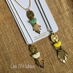 Sautoirs pour femme longueur 45 à 50 cm composées de breloques et pompons faits mains colorés, de nacre superposés, de perles de bois, de perles de gemme sur chaîne à billes dorée à l'or fin 24 k