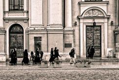 Nonnen stehen vor dem Eingang der Heilig Kreuz Kirche in Warschau