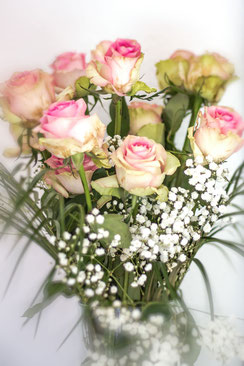Rosenstrauss rosafarben mit Schleierkraut