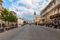 Strasse in Warschau-Im Hintergrund die Heilig Kreuz Kirche