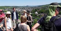 Aus den Weinbergen hat man eine schöne Sicht auf Ahrweiler und so können wir Ihnen einige historische Gebäude zeigen und die Geschichte dazu erklären.