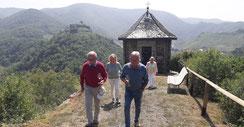 Die Ahrtalrundfahrt mit Weinverkostung beinhaltet auch kleine Spaziergänge durch die Weinberge der Ahr.