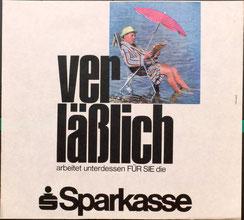 Verläßlich arbeitet unterdessen Für Sie Ihre Sparkasse (Urlauber am See, Straßenbahn-Plakat 1968, 37x32).