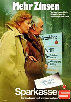 Mehr Zinsen. Die Sparkasse bietet für jedes Sparziel die richtige Sparform. Sparbrief, Prämiensparen, Wertpapiere (Ehepaar im Winter. Plakat DinA4 um 1973).