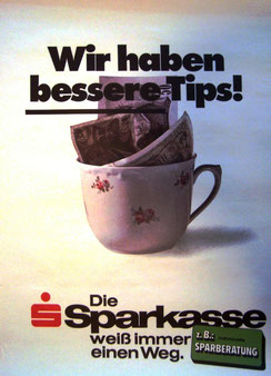 Wir haben die besseren Tips! . Tasse mit Geldscheinen . Plakat  1976.