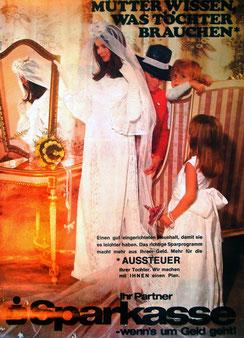 Mütter wissen was Töchter brauchen  . Farbfoto. Braut mit Mutter und Kindern . Plakat  1970.