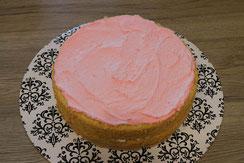 Torte gefüllt mit Himbeercreme