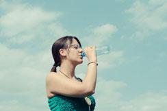 リセットした体のキープ_水を飲む女性