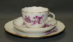 Meissen Porzellan, 3-Teiliges Kaffeegedeck,Neuer Ausschnitt, Blume Purpur, Gold, , € 149,00