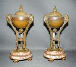 Ein Paar Empire Gefäße, Widderköpfe, Marmorsockel, Blattmotive, 31,5 cm, € 1200,00