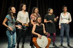 Sur La Place, spectacle musical du groupe vocal Les Goules Poly, de la Compagnie Parolata Sung, chants du monde polyphoniques se produit en Nouvelle-Aquitaine et dans toute la France.