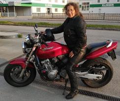 Barbara Sündermann unterwegs am Motorrad