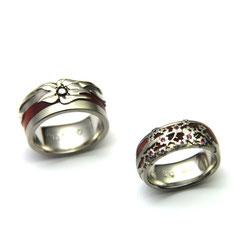 Alliances en palladium, ivoire de rose et fleurs serties de diamant noir et saphirs roses.