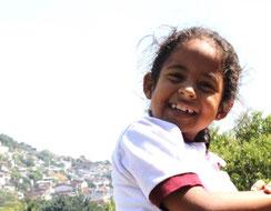 Mädchen Colegio Ekklesia auf dem Spielplatz Kolumbien direkt e.V.