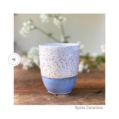 Spots gr. Becher weiß/hellblau, ©Keramikatelier Sabine Schönbohm