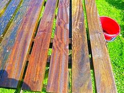 Mit Bergotec Teak-Reiniger/Entgrauer teil-gereinigter Gartentisch