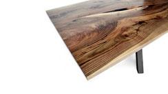 Schoener-Esstisch-aus-Nussbaum-mit-Baumkante