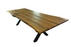 Massive-Tischplatte-aus-Eiche-mit-Epoxidharz-im-Wohnzimmer