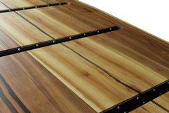 Riesige-Tischplatte-aus-Eiche-mit-Epoxidharz