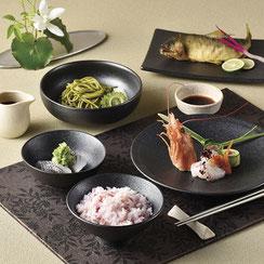 キラキラ輝く表情の器は料理に高級感を持たせます。