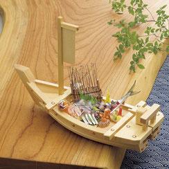 伝統的な船盛の器です。