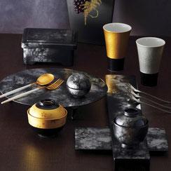 深みのある漆器ならではの黒銀の器になります。