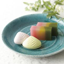 トルコブルーの色合いは料理をより一層映えさせます。