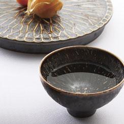 窯変で飴色の釉薬は、料理をより一層映えさせる器のシリーズです。