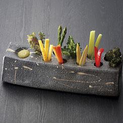 信楽焼の落ち着きのある器で、土の質感と食材のコントラストが料理を映えさせます。