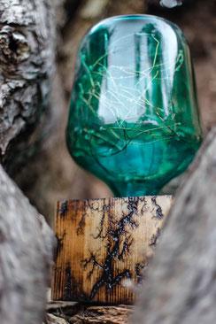 Ballonlampe in Türkis/Lampenfuß aus Holzbalken