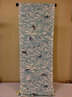 栗山紅型工房 一越浜ちりめん地に柔らかい感じで藍と水色で自由に飛び交う鳥を型染めした小紋です