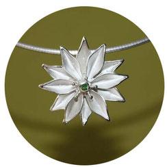 Bild:Sternblume als Schmuckanhänger aus Silber mit grünem ,kleinen Edelstein als Mittelpunkt