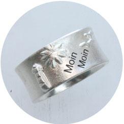 Bild:Moin Moin Ring mit Möwen,Sonne und Leuchtturm und einem Schriftzug Moin Moin