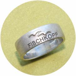 Bild: schmaler Ring aus der Moin Moin Serie mit zwei Möwen und dem Schriftzug Fischhkopp