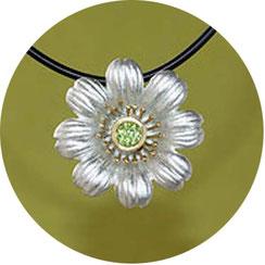 Bild:Margeritenanhänger mit grünem Edelstein als Mittelpunkt