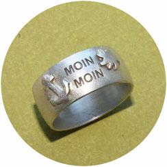 Bild: Ring mit Moin Moin Schriftzug einem Anker und einer Sonne erhaben aufgesetzt