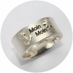 Ring mit Moin Moin Schriftzug einem Anker und einer Sonne erhaben aufgesetzt