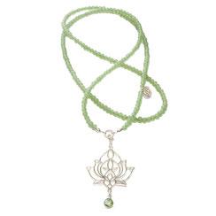 Lange Glasperlenkette mit  Lotusblüten Silberanhänger. Der Lotusblüten Anhänger ist als Charm an die moderne Kette eingehängt.
