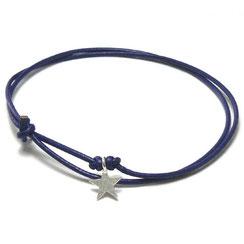 Ein süßes kleines Schmuck Geschenk für die besten Freundin. Armband, Freundschaftsbändchen mit kleinem Stern. In die Mitte des Lederbandes ist ein Silber Stern eingeknotet. Bändchen Schmuck. Armband Leder. Armband Freundin.