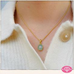 kurze Goldkette mit grünem ovalem Aquacalcedonstein