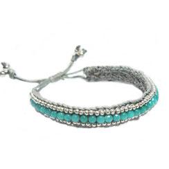 Bändchenarmband. Breites Macrame Armband in grau mit grünen vielen Perlen.