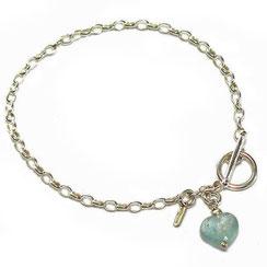 Stilvolles 925 Silberamband mit kleinem Aquamarinherz Anhänger. Armband mit facettiertem blauen Aquamarinstein Herz. Das Armband  hat ovale Kettenglieder.