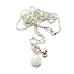 Damenkette. Moderne Silberkette mit Mondsteinkugel Schmuckanhänger. Farbe, weiß-milchig-silber.