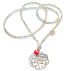 MANDALA SCHMUCK.  80 cm lange feine Perlenkette mit Silber Mandala und Korallenrosen Anhänger.