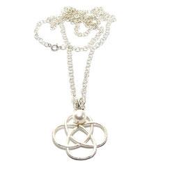 Talisman, Amulett. Lange Symbolkette mit großem keltischer Knoten Schmuckanhänger. Silberkette. Liebesknoten groß. Damenkette. 925 Silber. Symbolschmuck.