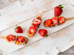 Waffeln am Stiel mit Erdbeeren