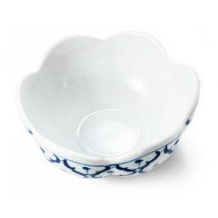 Schale aus in blumenform thailändischem Porzellan. Mit blau-weißem Ananas Blumenmuster.