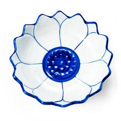 Schale in Lotusform aus thailändischem Porzellan. Mit blau-weißem Ananas Blumenmuster.